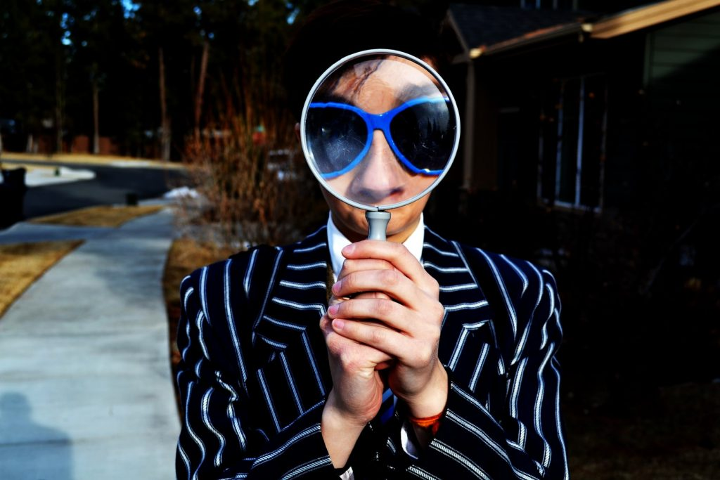 虫眼鏡で調べる人